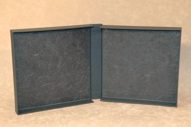 een overslag-doos met japans papier afgewerkt, een handmade limited edition